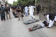 El cuerpo de uno de los atacantes, en las afueras de la bolsa de Karachi.