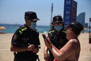 Agentes de la Guardia Urbana en la playa de Barcelona