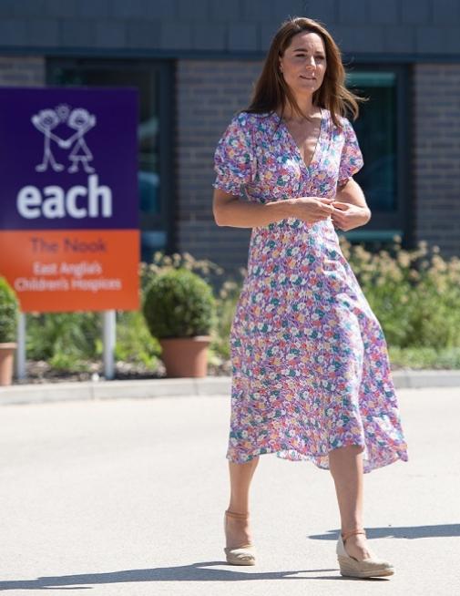 Kate Middleton con un vestido de flores de mangas abullonadas de Faithfull The Brand