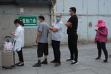 Gente hace cola para realizarse el test en Pekín.