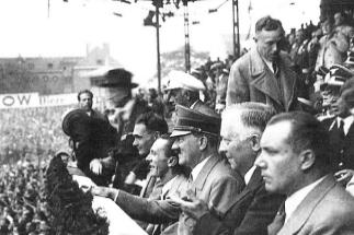 De dcha. a izq.: Martin Bormann,  Arne Scheel (embajador noruego), Adolf Hitler, Joseph Goebbels y Rudolf Hess, en el palco del Poststadion en el Alemania-Noruega . EM