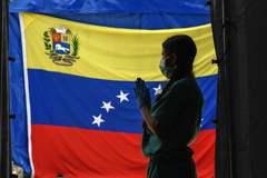 Un sanitario se prepara para hacer test, en Caracas.