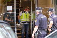 Agentes de Policía en el edificio de Santander que se encuentra en cuarentena