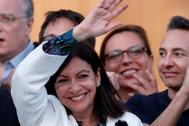 Anne Hidaldo saluda a sus simpatizantes tras la victoria electoral.