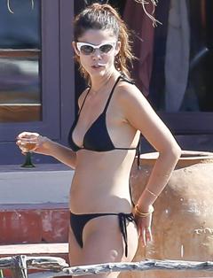 Tops, actrices y cantantes lo tienen claro: el bikini, negro y de triángulo