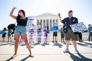 Manifestantes contrarios al aborto protestan frente al Tribunal Supremo estadounidense en Washington.