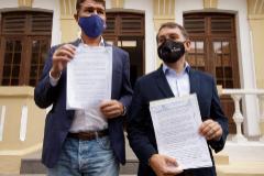 Los concejales José Manuel Bermúdez (izqda), de Coalición Canaria, y Guillermo Díaz, del PP.