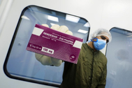 Un técnico de laboratorio muestra el fármaco remdesivir en las instalaciones de Eva Pharma en El Cairo (Egipto).