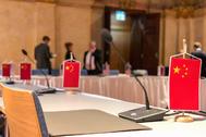 Imagen de banderas chinas colocadas en asientos vacíos publicada por Marshall Billingslea.
