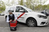Un taxista desinfecta su vehículo en Madrid