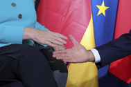 Apretón de manos entre Angela Merkel y Emmanuel Macron, en Biarritz en 2019.