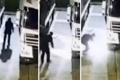 El antitaurino profesional Peter Janssen se prende fuego al atentar contra unos camiones de un matadero holandés