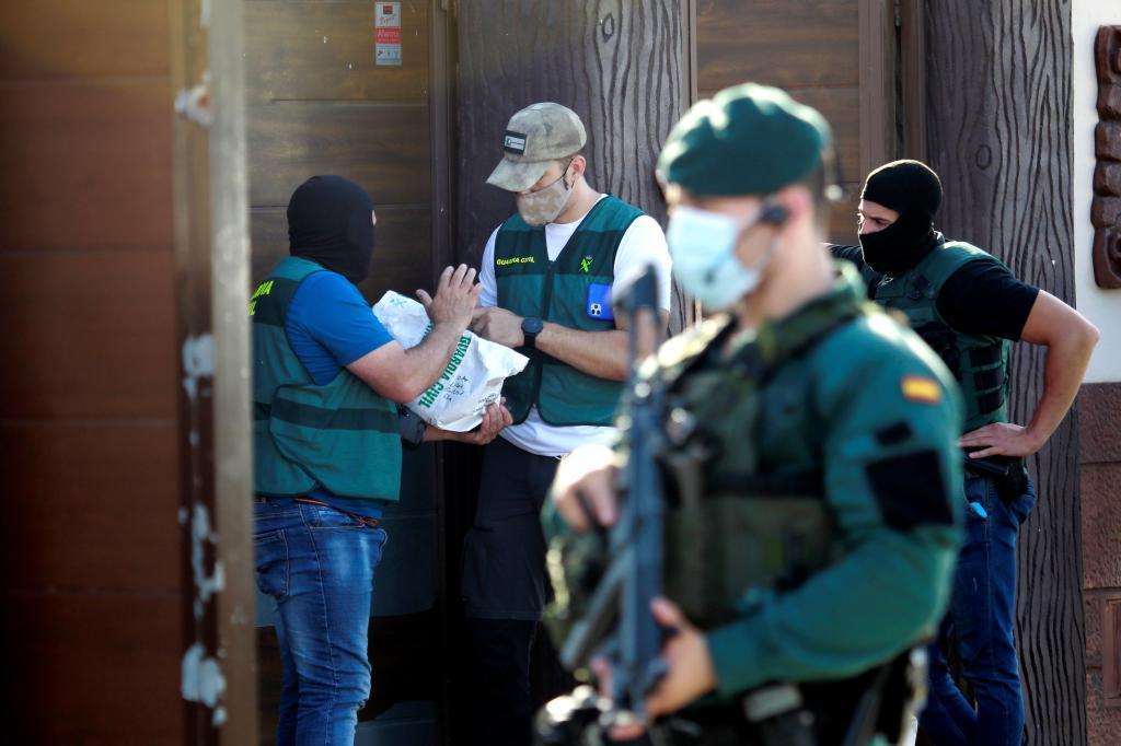 Efectivos del instituto armado desplegados en la urbanización de El Zabal, en La Línea.