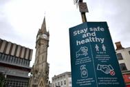 Cartel con medidas de seguridad frente al Covid en el centro de Leicester.