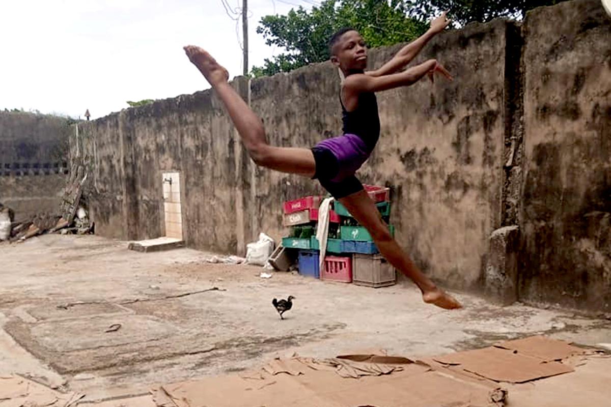 El niño prodigio de Nigeria que danza bajo la lluvia