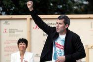 Rodríguez, con la imagen de González con una X en su camiseta, levanta el puño durante su acto electoral en Arrasate.