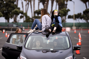 Asistentes al evento musical 'Concierto en tu coche' celebrado en California.
