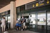 GRAF8243. MAHÓN.- El lt;HIT gt;aeropuerto lt;/HIT gt; de Menorca recibió este sábado el primer avión procedente del extranjero tras el estado de alarma. Se trató de un vuielo entre el lt;HIT gt;aeropuerto lt;/HIT gt; de París-Orly y el de Menorca, operado por la compañía Transavia, que ha aterrizó hacia las 15.20 horas.