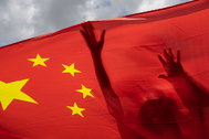 Un manifestante ondea una bandera china en Hong Kong.