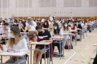 Estudiantes de 2º de Bachillerato hacen la Selectividad en Pamplona.