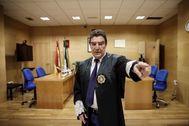El juez Emilio Calatayud, en su juzgado de Menores de Granada.