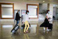 Un grupo de turistas, en un aeropuerto