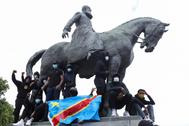 Protesta en una estatua al rey belga Leopoldo II, responsable de abusos contra millones de congoleños.