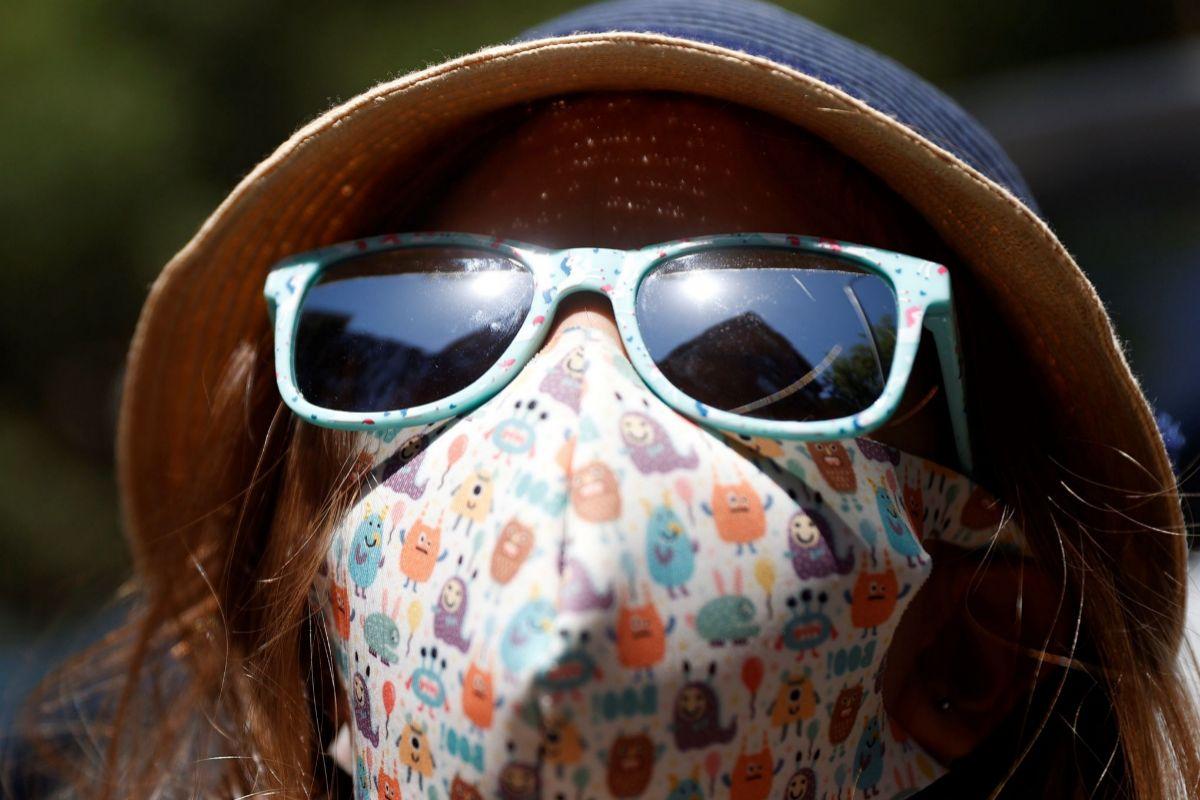 Una niña con mascarilla camina por Madrid este martes.