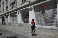 Un ciudadano pasea por el centro de Madrid el pasado mes de mayo, cuando aún estaba cerrado el comercio en toda España