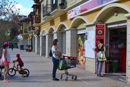 Varias personas hacen cola para entrar en un supermercado en La Gomera