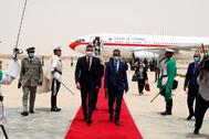 El presidente del Gobierno, Pedro Sánchez (izqda.), a su llegada, este martes, a Mauritania.