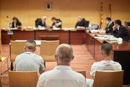 """GRAFCAT8785. lt;HIT gt;GIRONA lt;/HIT gt; (ESPAÑA).-Marcel Mauri, vicepresidente de 'ñmnium Cultural (i) y Elisenda Paluzie, presidenta de la ANC (c) , este martes en la concentración delante del Palacio de Justicia de lt;HIT gt;Girona lt;/HIT gt; en apoyo a Charaf y Ibrahim, acusados de un delito de desórdenes públicos, de un delito de atentado a los agentes de la autoridad, de un delito de daños y de dos delitos leves de lesiones. Los hechos ocurrieron en lt;HIT gt;Girona lt;/HIT gt; en el año 2019. Según el fiscal, los acusados participaron en las protestas contra la """"sentencia del procés""""."""