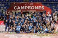 GRAFAND9893. MÁLAGA.- Los jugadores del Movistar Inter celebran la victoria ante el Viña Albali Valdepeñas en la Final del Play Off Exprés por el título de Campeón de Liga en Primera División esta tarde en el Palacio de Deportes José María Martín Carpena de Málaga.