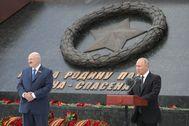 Vladimir Putin. junto al presidente de Bielorrusia, Alexander Lukashenko, en un reciente desfile militar en Moscú.