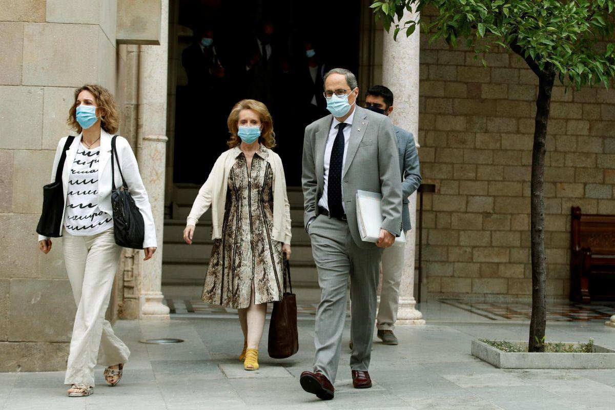 El presidente de la Generalitat, Quim Torra, acompañado de varios de sus consellers, a su llegada a la reunión semanal del gobierno catalán que se ha celebrado este martes