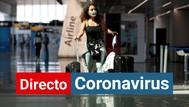 Una mujer con mascarilla por el coronavirus camina por un aeropuerto.