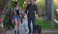 Ana de Armas y Ben Affleck, de paseo con sus perros.