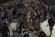 Cientos de personas reunidas en el Puente de Carlos en Praga.