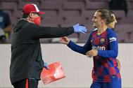 Antoine Griezmann saluda al Mono Burgos al final del partido.
