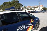 Una patrulla de la Policía, durante una operación en Alicante.