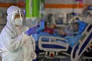 Una médica atienda a un paciente de coronavirus en un hospital de Tel Aviv.