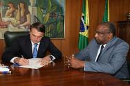 El presidente de Brasil, Jair Bolsonaro (Izq.), junto a Carlos Decotelli (Der.), el 26 de junio.