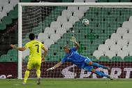 Gerard Moreno supera a Joel Robles marcando su primer tanto de penalti.