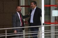 José Cepeda (dcha.), junto a Juan Trinidad Marcos, presidente de la Asamblea de Madrid (izda.).