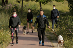 Un grupo de paseantes en parque de Madrid.