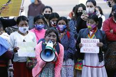 Un grupo de indígenas Embera protesta en Bogotá por la violación de una niña.
