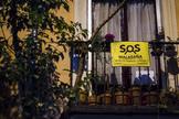 Vecinos de Malasaña cuelgan carteles contra los botellones en sus balcones.