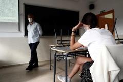 Una alumna de clases de refuerzo en un instituto de Paracuellos (Madrid).