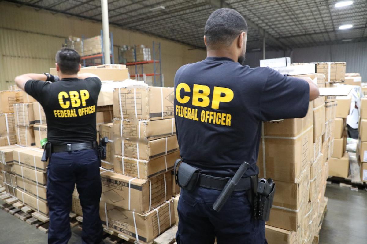 Dos oficiales inspeccionan las cajas procedentes de China.