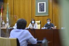 La secretaria general del PSOE andaluz, Susana Díaz, reunida este martes con los sindicatos en el Parlamento.